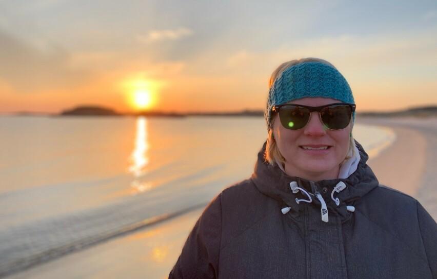 USYNLIG SYK: Therese har de siste tre årene levd med kronisk hodepine, noe som blant annet gjør at hun alltid må bruke solbriller eller filterbriller på grunn av lysskyhet. FOTO: Privat
