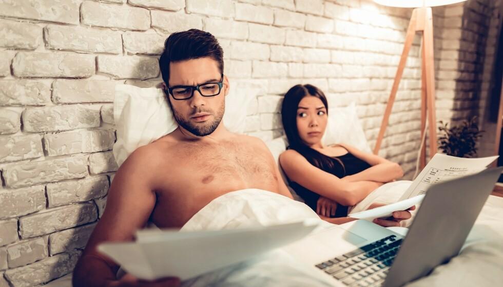 HOLDES VÅKEN: Når én vil sitte oppe til sent på kveld kan det fort føre til avbrutt søvn for partneren. Foto: Scanpix.