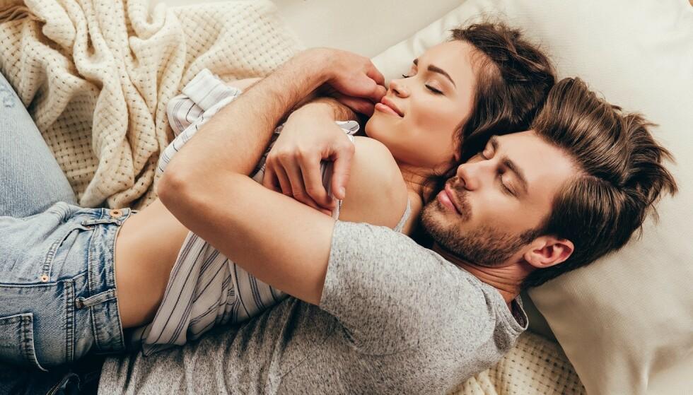 SAMSTEMTE: En noenlunde lik døgnrytme er viktig for å opprettholde intimiteten, derfor kan være lurt å snakke sammen for å prøve å finne en løsning. Foto: Scanpix.