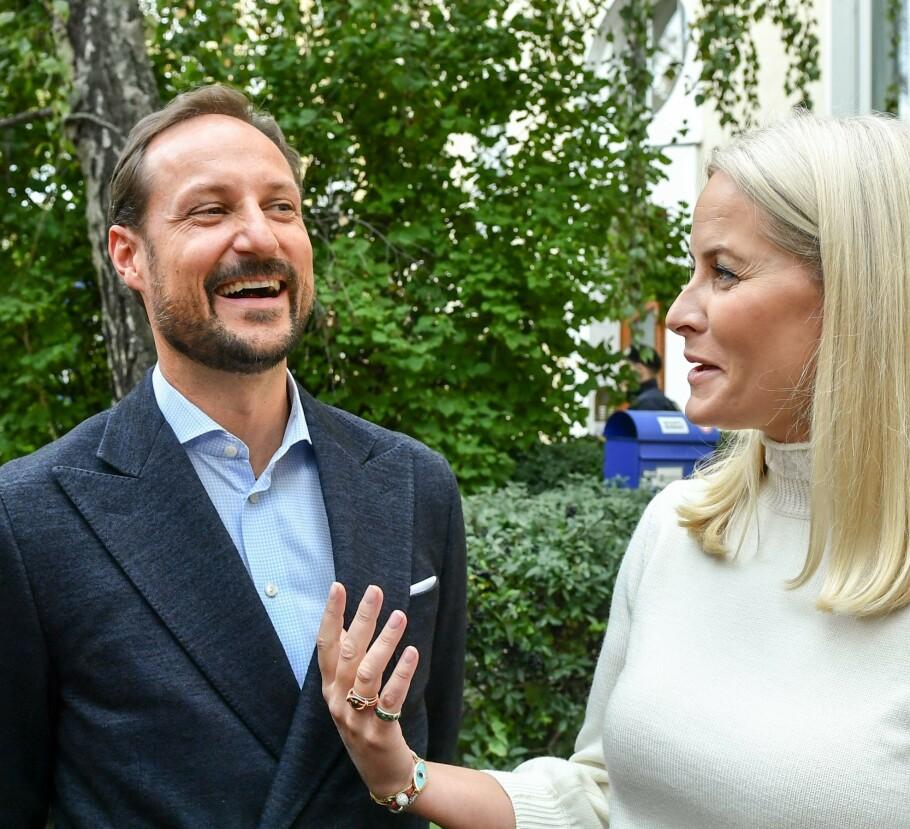 LATTEREN SATT LØST: Kronprins Haakon måtte le da han fikk spørsmål fra KK om hvordan man kan vekke ungdommens leselyst - hans egne barn er nemlig ikke supergira når han setter på lydbøker i bilen som omhandler politikk. FOTO: NTB Scanpix