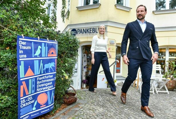 LITTERATUR I FOKUS: Kronprinsparet sier til KK at de begge satte pris på å bli lest for som barn. Her utenfor bokhandelen Pankebuch i Berlin. FOTO: NTB Scanpix