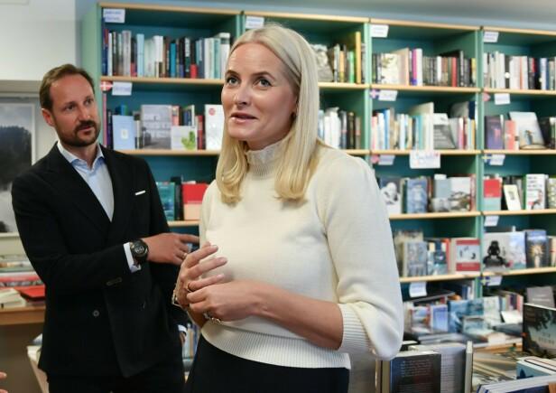 AMBASSADØR: Kronprinsessen er spesielt opptatt av litteratur, og har fått med seg ektemannen kronprins Haakon på å fremme norsk litteratur i Tyskland. Her i Pankebuch bokhandel i Berlin. FOTO: NTB Scanpix