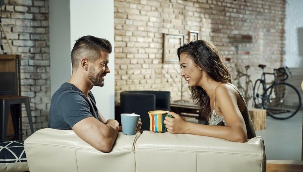 SNAKK OM ØKONOMIEN: - Det er alltid hyggeligere å snakke om slike ting når man er venner og det er god stemning, sier forbrukerøkonom. FOTO: Scanpix