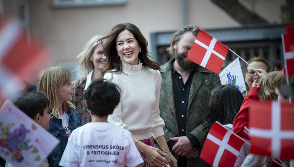 <strong>FOKUS PÅ ANTI-MOBBING:</strong> I april var kronprinsesse Mary på skolebesøk i Købehavn, og var ikledd den hvite ullgenseren. FOTO: NTB Scanpix