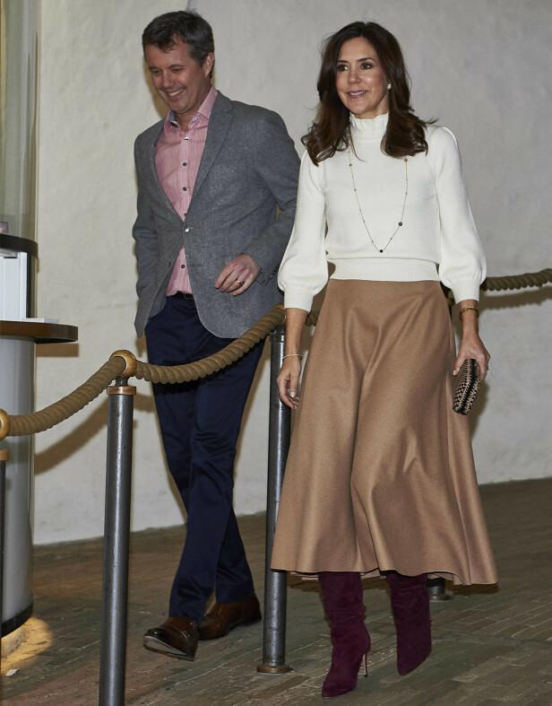 <strong>PÅ GALLERIÅPNING:</strong> Det danske kongeparet fotografert på vei inn til en utstilling i København i mars 2019. FOTO: NTB Scanpix