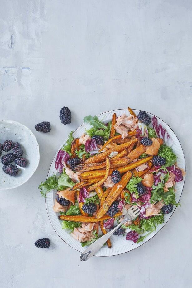 Utseende og smak går hånd i hånd når bjørnebær og honningdressing tilsettes i en sunn og fargerik salat. Tips! Salaten kan også lages uten laks, og serveres som tilbehør til alt fra kylling til falafeler. FOTO: Winnie Methmann