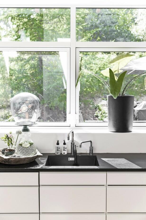 Også på kjøkkenet flommer det naturlig lys inn gjennom vinduene. Her kan Diana og Kristian stå og lage mat og se på naturen samtidig. FOTO: Another Studio