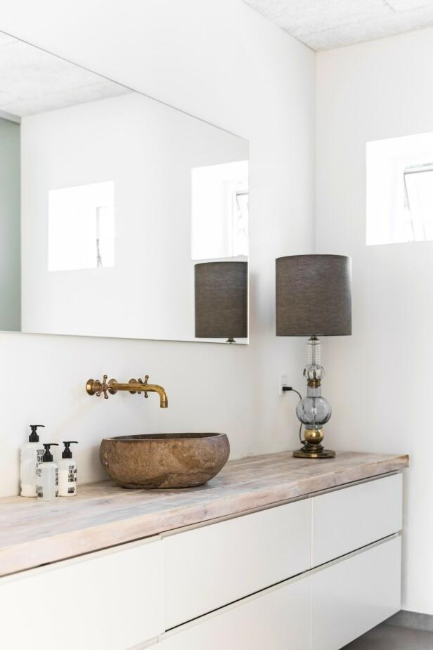 Benkeplaten i tre får badet til å henge godt sammen med resten av huset. FOTO: Another Studio