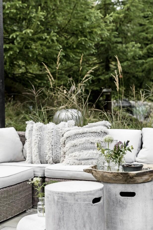 Utenfor har Diana valgt et hyggelig loungesett med myke puter. FOTO: Another Studio