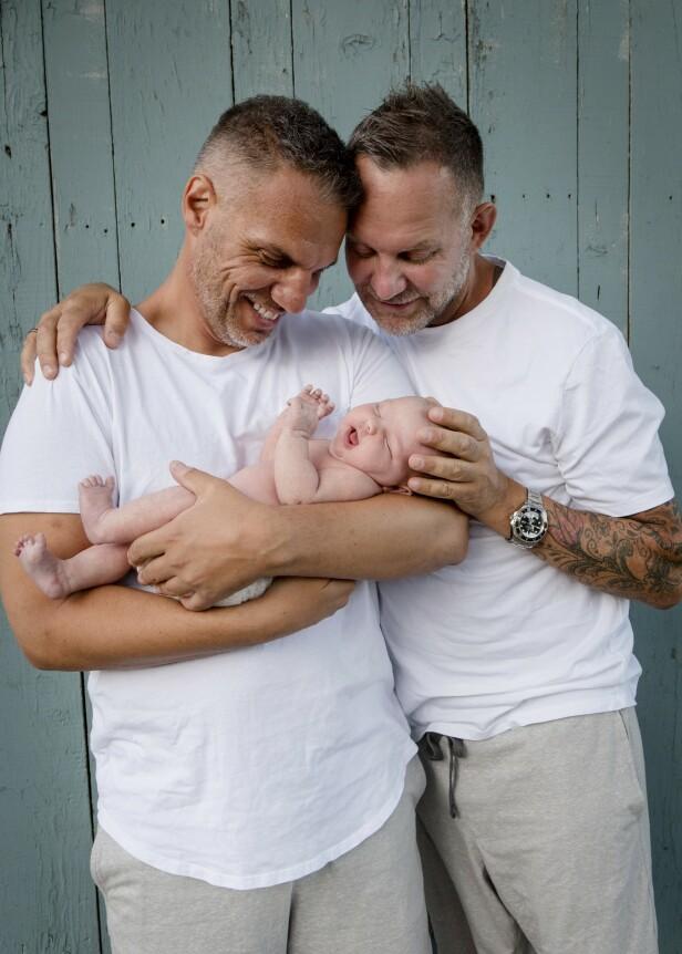 <strong>HJEMME:</strong> Kjartan og Knut er nå hjemme i Norge med babyen sin. FOTO: Mega