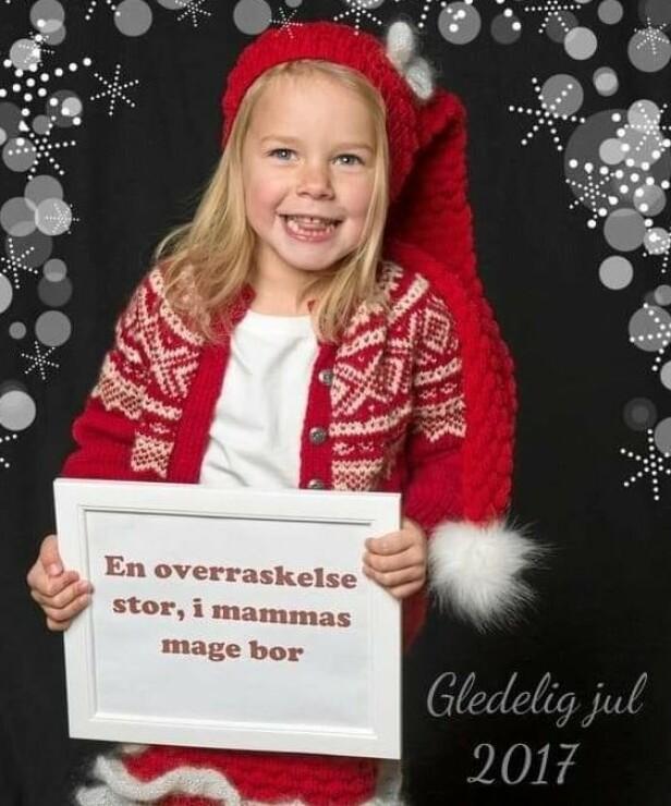 TO FLUER I EN SMEKK: Heidi Marie Haldorsen benyttet for et par år siden julekortet til å fortelle om den kommende familieforøkelsen. - Vi klarte å holde på hemmeligheten så det var mange som syntes det var ekstra kjekt med julekortet det året, sier hun. FOTO: Maiken Ohr, Kvernberget fotostudio