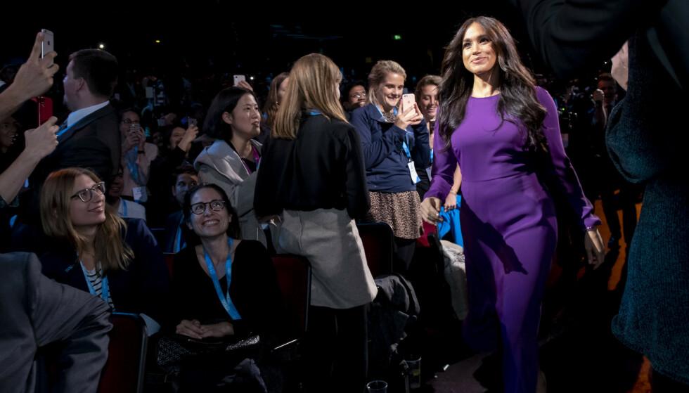 <strong>MIDTPUNKTET:</strong> Hertuginne Meghan på vei opp til scenen under One Young World-arrangementet i Royal Albert Hall i oktober. FOTO: NTB scanpix