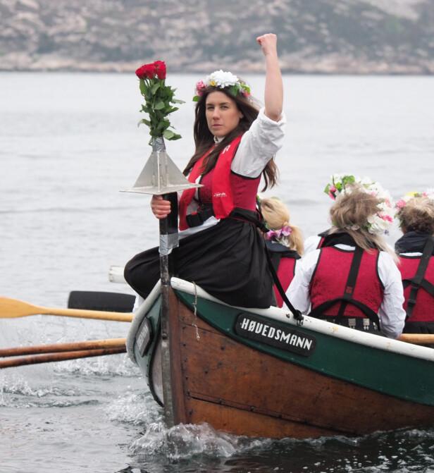 STUNT: - Vårt viktigste stunt var da tolv kvinner rodde en høygravid kvinne over talgsjøen fra Smøla til Kristiansund. Dette var en vanlig tirsdag i mai 2019. Foran Ellen Marie Svendsen. FOTO: Privat