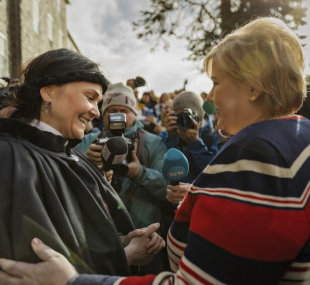 MØTTE STATSMINISTEREN: Fra en aksjon i Sandnessjøen i mai 2019. - Her festet jeg en nål på statsminister Erna Solbergs bryst og ønsker henne velkommen i Bunadsgeriljaen. FOTO: Nina Haraldsø