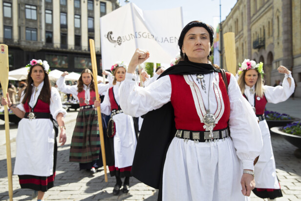 DEMONSTRASJON: Anja Cecilie Solvik i front for Bunadsgeriljaen, under et demonstrasjonstog ved Stortinget i mai 2019. FOTO: NTB scanpix
