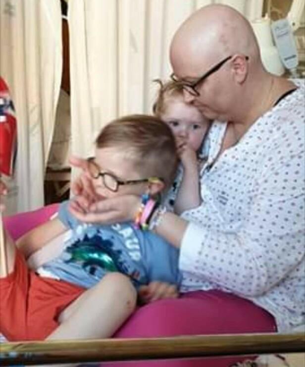 PÅ SYKEHUSET: Dette er Vibeke sammen med barna sine på sykehuset - midt under en cellegiftbehandling. FOTO: Privat
