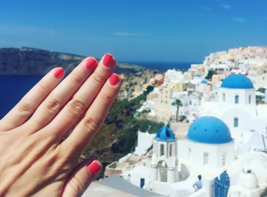 LYKKELIG SINGEL: Dette ligner på et typisk forlovelsesbilde – men på Mary McCarthys populære Instagram-konto @notengaged er det ingen ring i sikte! FOTO: Instagram