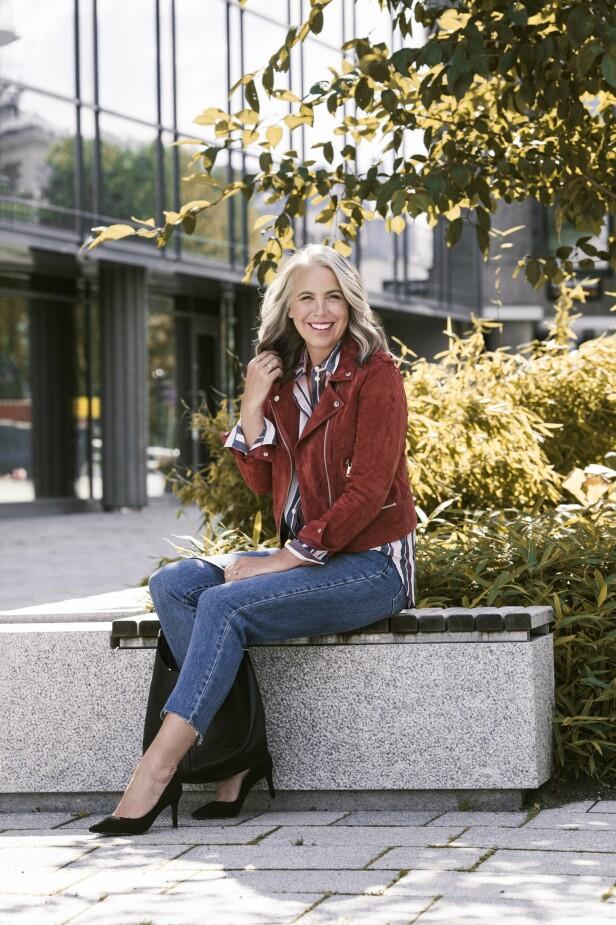 ETTER: Semsket skinnjakke (kr 1000, Vero Moda), skjorte (kr 1295, Lexington), jeans (kr 400) og veske (kr 300, begge fra Kappah) og pumps (kr 900, Buffalo/Dna). Tips! EN kort skinnjakke skaper inntrykk av lengre bein. FOTO: Astrid Waller