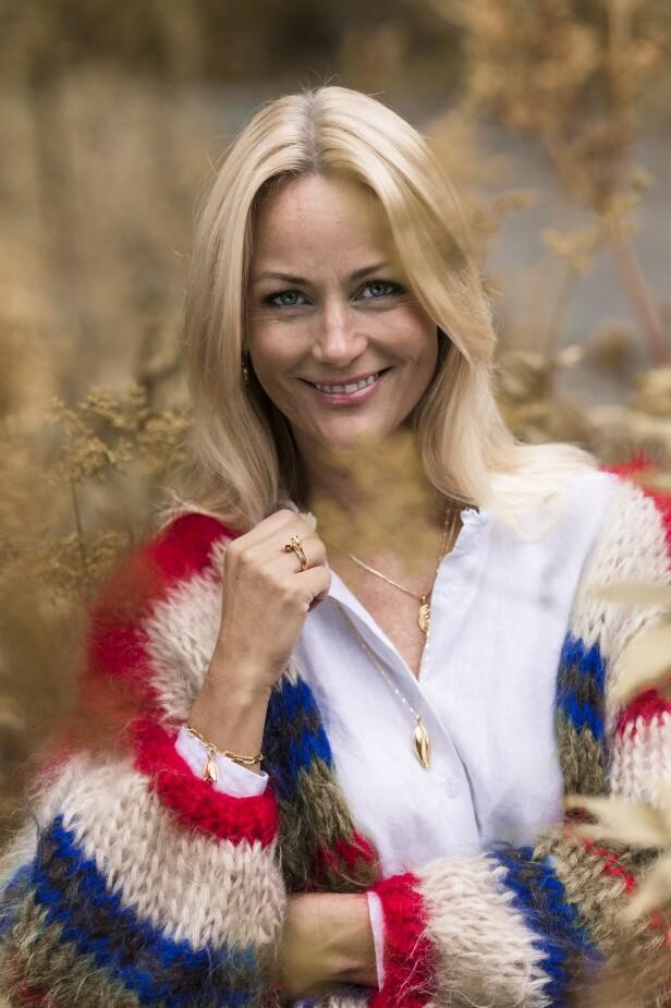 Kunstner Cathrine Knudsen finner mye inspirasjon i naturen. Smykkene hun bærer, har hun designet selv, for Gulldia. Formene og designet har hun hentet fra maleriene sine. FOTO: Astrid Waller