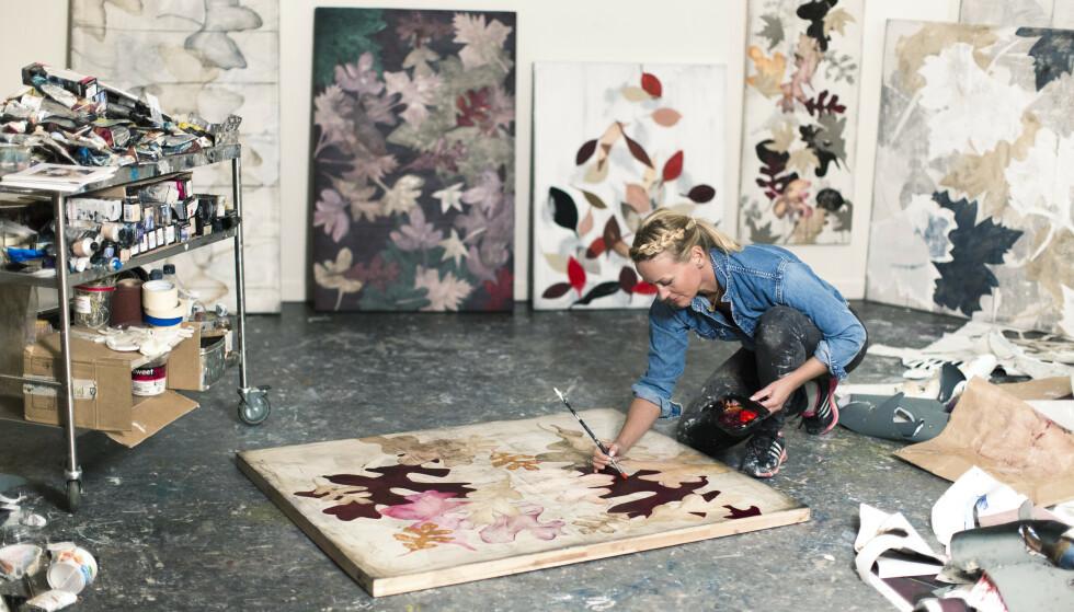 Cathrine liker stillheten i galleriet og ensomheten som følger med. Her fullfører hun det siste verket til utstillingen i Bærum Kunstforening i november. FOTO: Astrid Waller