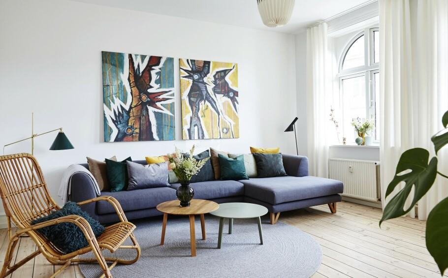 INTERIØR: I stuen styrer de to bildene på veggen fargevalget. FOTO: Stylesystemet
