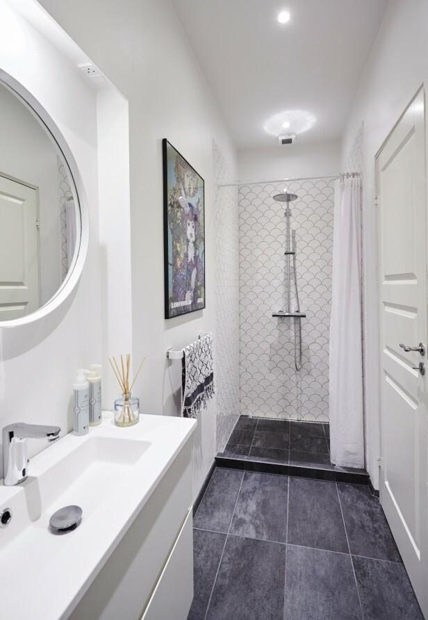 Paret fikk utvidet badet litt ved å innlemme noen kvadratmeter fra en gang som ikke ble brukt til noe. FOTO: Stylesystemet