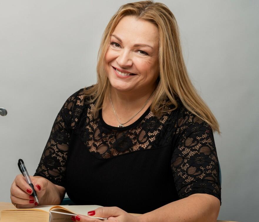 KJENNER IKKE IGJEN FOLK: Myriam Bjerkli er forfatter, og å møte kjentfolk til signeringer kan være en utfordring. FOTO: Ane Cathrine Buck