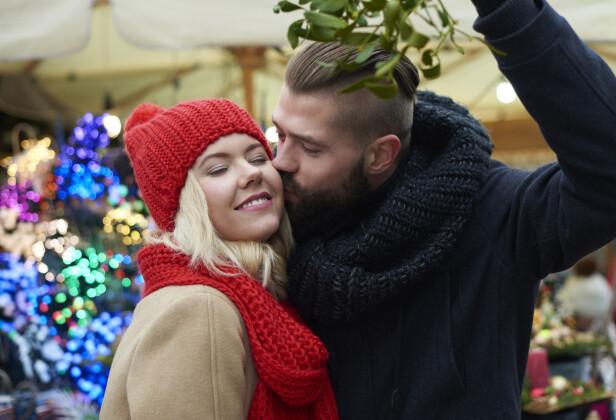 TRADISJON: Å kysse under planten misteltein er blitt en artig tradisjon. Den oppsto visstnok allerede under middelalderen. FOTO: NTB scanpix