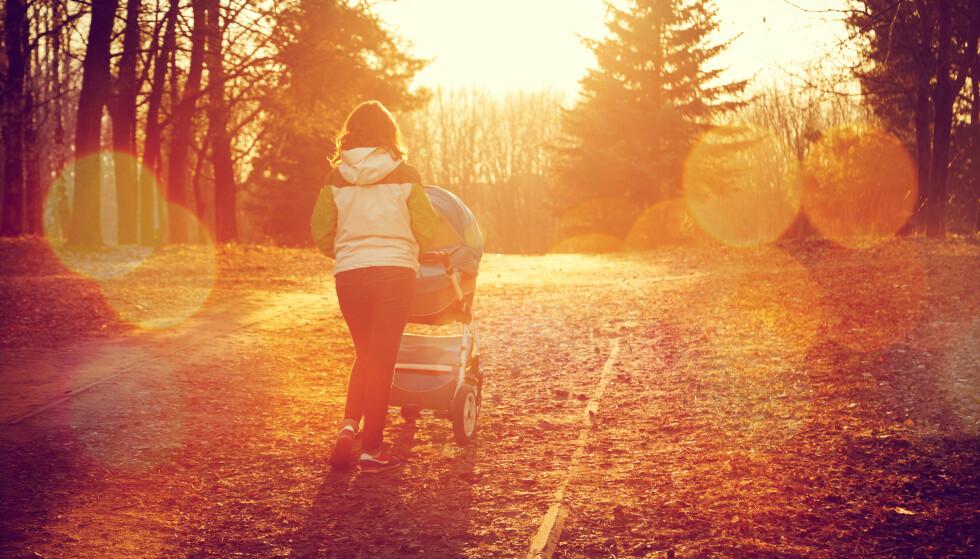 DEILIG AVBREKK: Lange trilleturer i høstsola er et deilig avbrekk i småbarnshverdagen, nå kommer de elektriske barnevognene som skal gjøre turen lettere. FOTO NTB scanpix