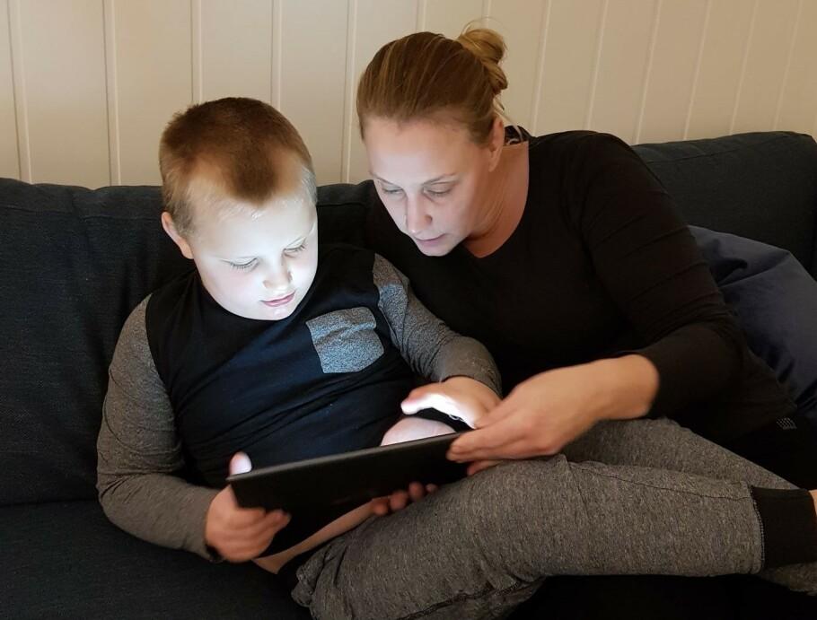 SKOLEGUTT: Oscar (7) stortrives og har blitt godt mottatt på skolen, men ifølge mamma Line var ikke alle foresatte like positive til å ha et barn med autisme på skolen. FOTO: Privat