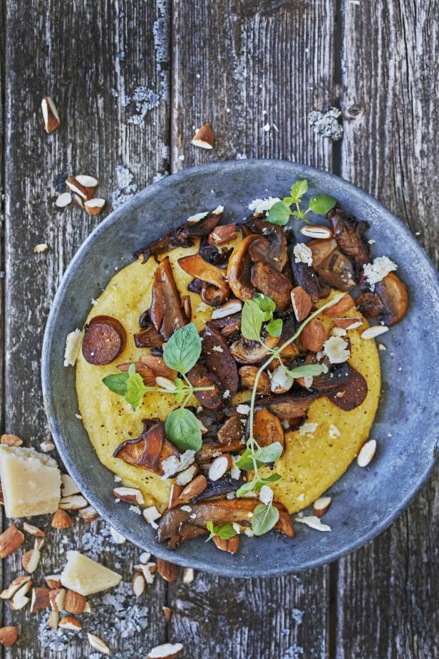 Salt chorizo, myk sopp og sprø mandler skaper høstens fargesymfoni. FOTO: Winnie Methmann