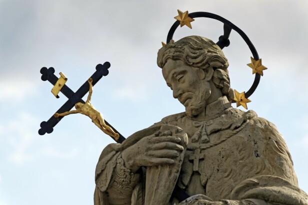 Statuen av St. John av Nepomuk står på Wollestraat-broen. FOTO: NTBScanpix
