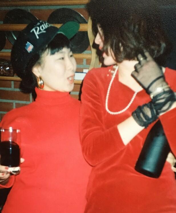 Å pynte seg med en venninne er en av livet store gleder. Her er jeg og Janne klare for fest en gang på tidlig 90-tall. FOTO: Privat