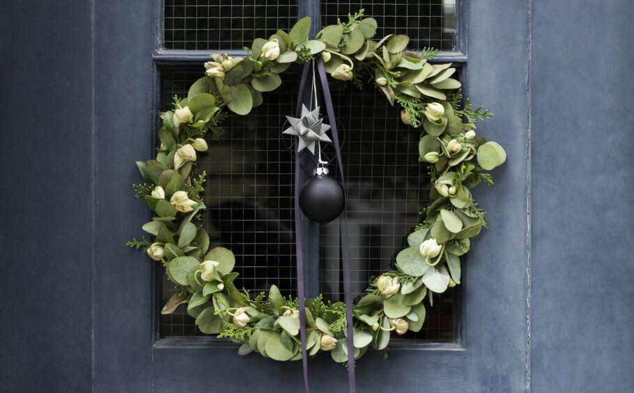 JULEKRANS: Det finnes ikke noe finere enn det å ha en julekrans hengende på ytterdøren i desember. FOTO: Pernille Enoch