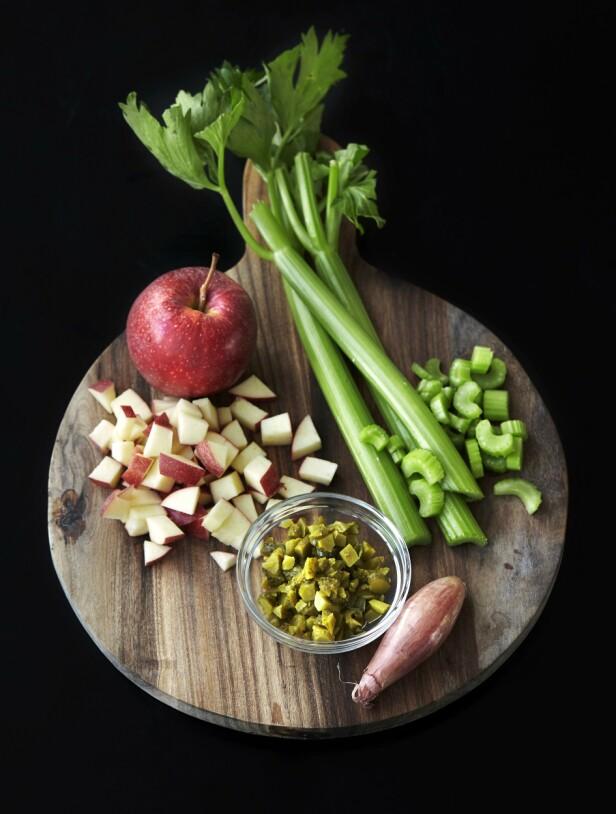 4. Fyll: Skyll eple og stangselleri. Skjær eplet i terninger og sellerien i tynne skiver. Rens løken. Hakk sylteagurk og løk fint. FOTO: Betina Hastoft
