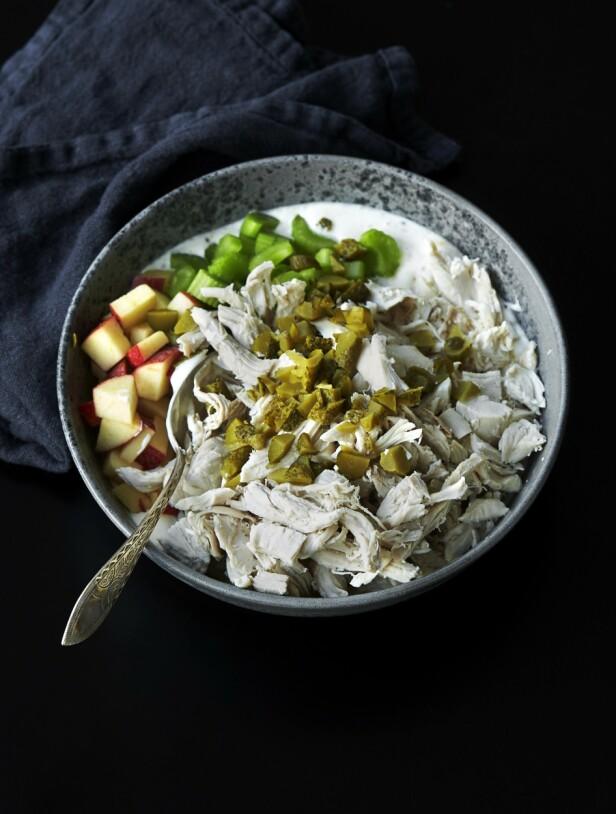 6. Vend kylling, eple og grønnsaker i majonesblandingen, og sett kjølig i minst én time. Servering: Legg pancetta-skinke på en bakeplate dekt med bakepapir, og stek det sprøtt på 180° i ca. 10 minutter. Server salaten med brød og skinke. FOTO: Betina Hastoft