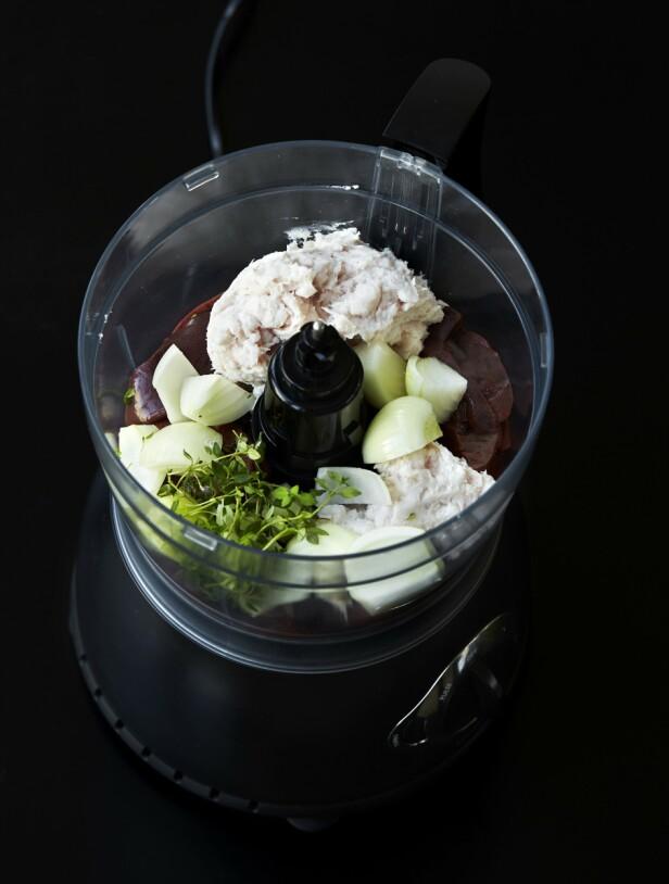 2. Kjør løk, timianblader, lever og spekk sammen i en foodprosessor til det blir en findelt masse. FOTO: Betina Hastoft