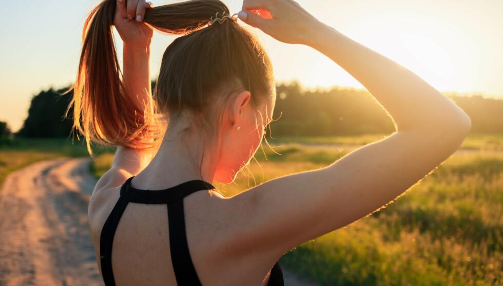 IKKE FARLIG: Selv om hårstrikken din inneholder mye bakterier, er det dine egne bakterier som du er vant til, og derfor er det ikke farlig.
