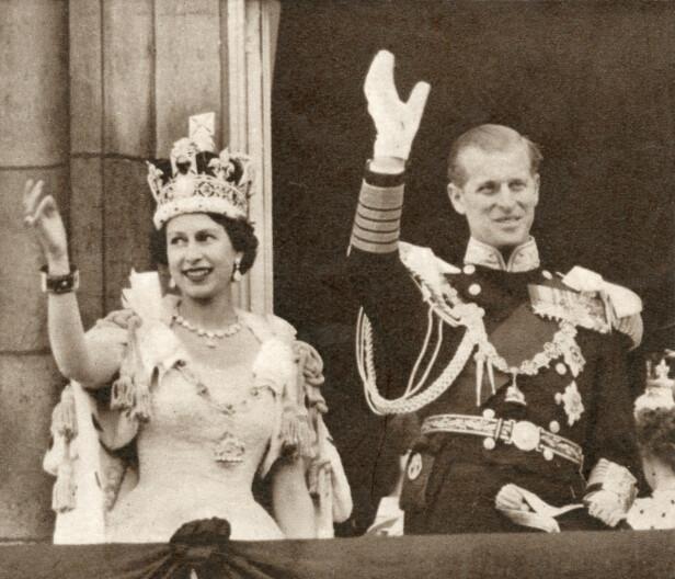 RØYSKATT: Under kroningen av dronning Elizabeth i 1953 stilte hun i den tradisjonsrike kepen laget av røyskattpels. Her med ektemannen prins Philip på slottsbalkongen etter kroningen. FOTO: NTB scanpix