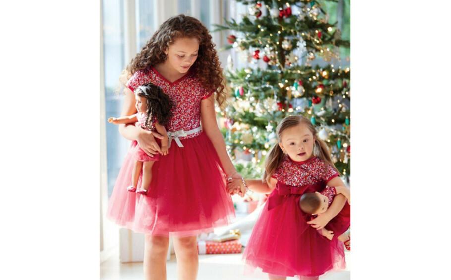 SØTNOS: Fireåringen Ivy Kimble (t.h.), som har Down syndrom, er en av modellene i katalogen til dukkemerket American Girl. FOTO: American Girl