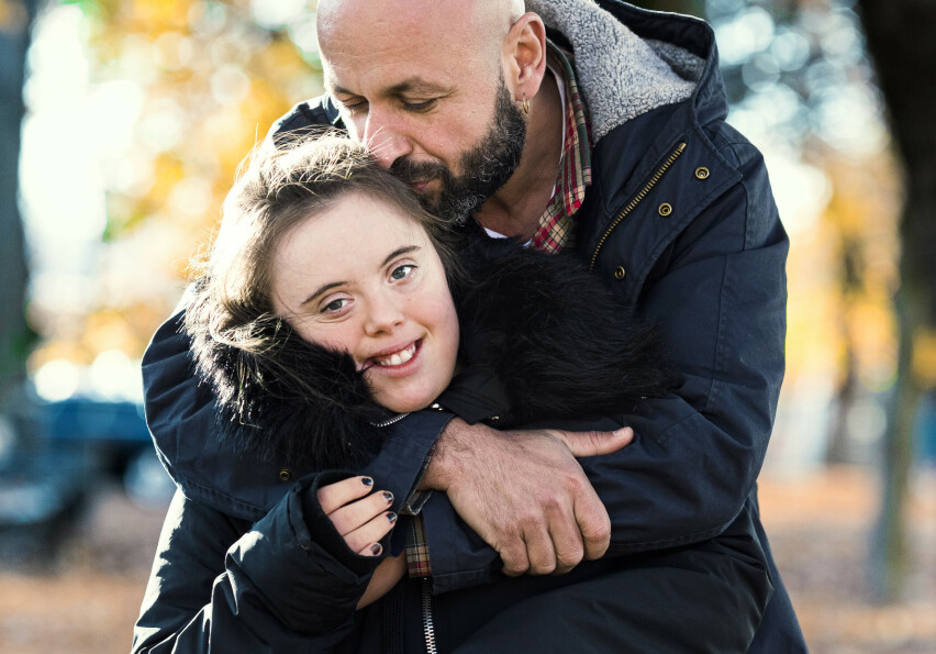 Pappa og Emilie: Emilie (23) gikk på folkehøyskole, mens pappa Kristoffer filmet hvordan hun utviklet seg av å bli sett på som en ressurs.En film som har ført dem enda nærmere hverandre. FOTO: Astrid Waller