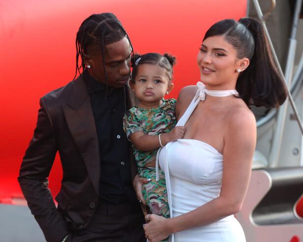 BRUDD: Det siste offisielle bildet av Kylie Jenner, Stormi og Travis Scott tatt kort tid før bruddet. Bildet er tatt under premieren på Travis' Netflix-dokumentar i august. FOTO: NTB scanpix