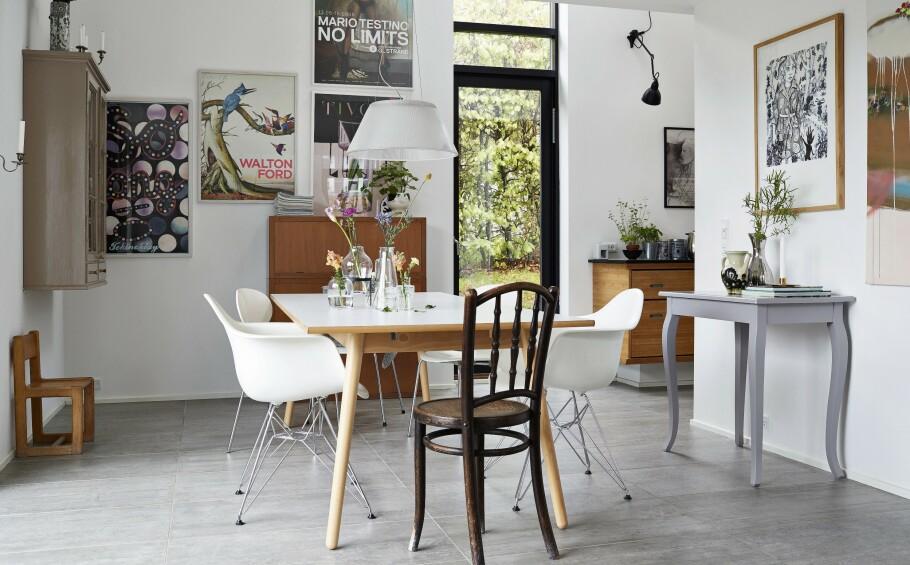 Spiseplassen ligger i åpen forbindelse med kjøkkenet som gjemmer seg rundt hjørnet. Bordet er fra FDB Møbler, og omkring det står det Eames-stoler, Mauren-stolen og en klassisk fransk Thonet-stol. På endeveggen henger et Børge Mogensen-skap, som opprinnelig var en del av et stort klesskap. Tips! Ved å bytte ut noen av bildene du har på veggen, fornyer du et rom på enkelt vis. FOTO: Ida Schmidt