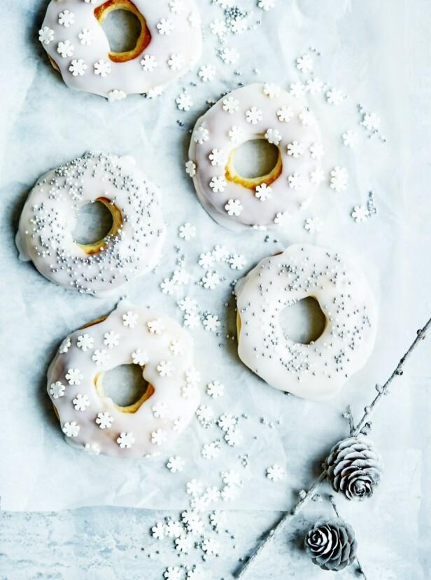 Disse er den perfekte kosematen til en kopp te. Tips! Donuts kan pyntes med nærmest hva som helst, så bruk gjerne det du har i skapet av f.eks. nøtter, kakao og kanel. FOTO: Betina Hastoft
