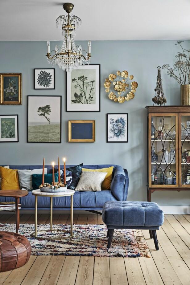 Sofaen og puffen er fra Ilva. Bildeveggen er satt sammen av gamle malerier funnet på loppemarked og fotokunst av Pernille Folcarelli, Dan Isaac Wallin og Sofie Børsting. Selve veggen er malt i fargen «Relaxed Green» fra Flügger. Dianna Nilsson