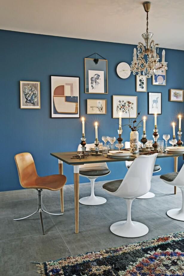 Spisebordet er hjemme laget av gulvplanker og bein fra Ikea. Til jul dekker Nina på med en herlig miks av etniske detaljer og tradisjonell porselen. Tips! En kontrastfarget vegg gir rommet karakter. FOTO: Dianna Nilsson