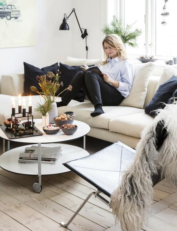 Den dype sofaen er fra Eilersen og putene fra Linum. Vegglampen er fra Lampe Gras og lenestolen er modellen «PK22» fra Fritz Hansen. FOTO: Anitta Behrendt