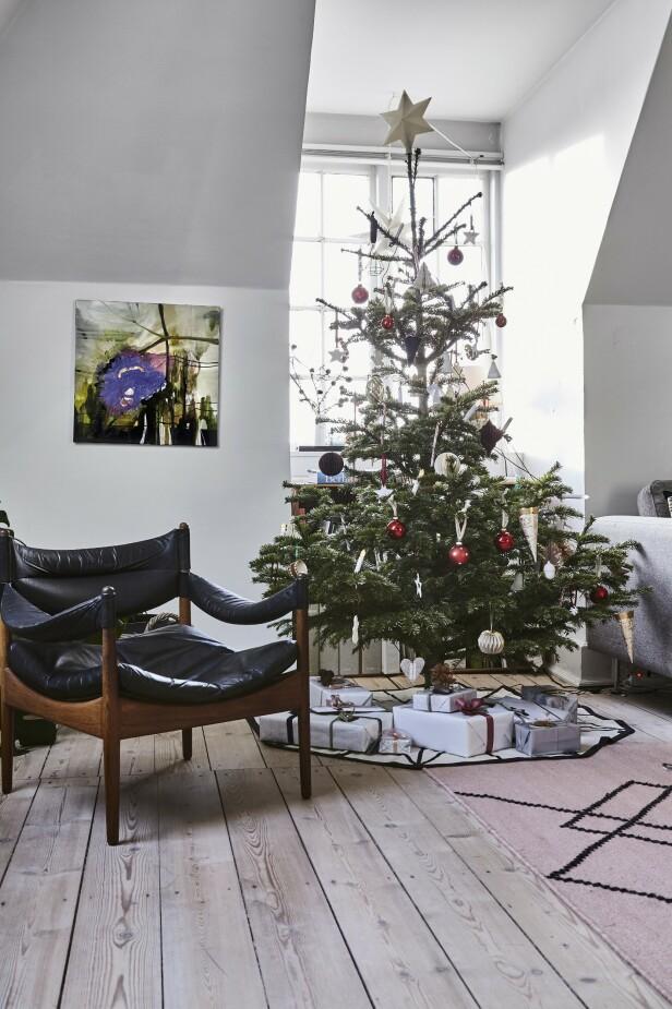Å pynte juletreet er et   prosjekt familien har sammen, og de liker å mikse hjemmelaget med ny pynt. Sarah har blant annet arvet flere vakre glasskuler fra besteforeldrene sine, og de kulene får henge på treet hvert år. FOTO: Lene Samsø