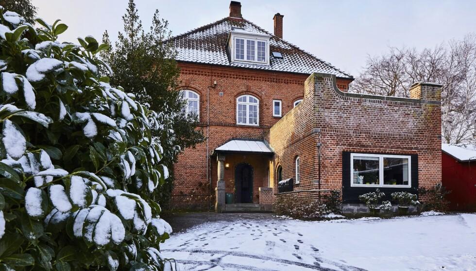 Murhuset fra 1902 er delt inn i flere leiligheter. Sarah og hennes to barn bor i øverste etasje og har derfor skråtak i alle rom. FOTO: Lene Samsø