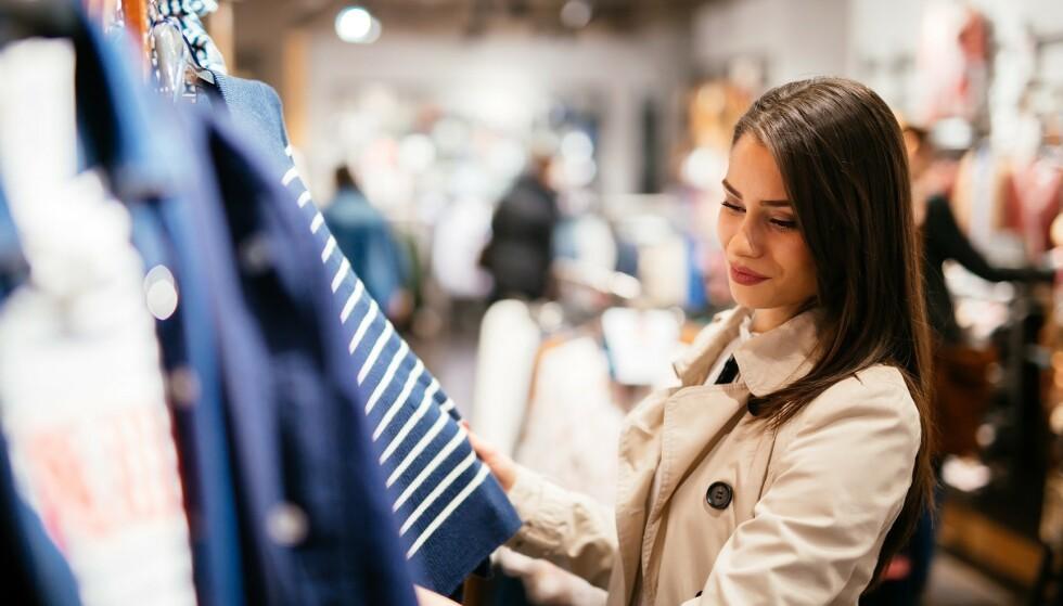 ANGRER: En britisk undersøkelse viser at klær er det vi oftest angrer på å ha kjøpt på Black Friday. Foto: Scanpix.